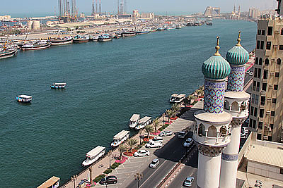 Paseo a lo largo del Sharjah Creek