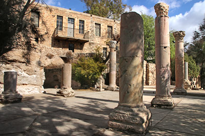 [Translate to ES:] Main entrance, garden, archeological site and ghorfa